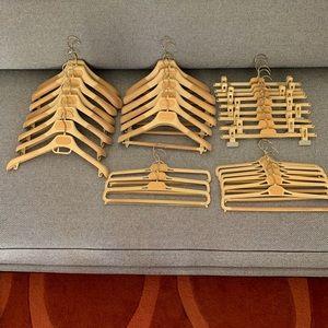 32 GUCCI hangers assorted